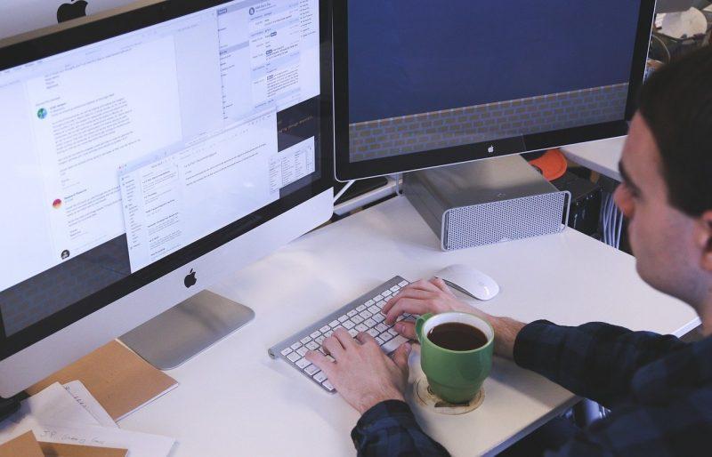 Homme qui tape à l'ordinateur