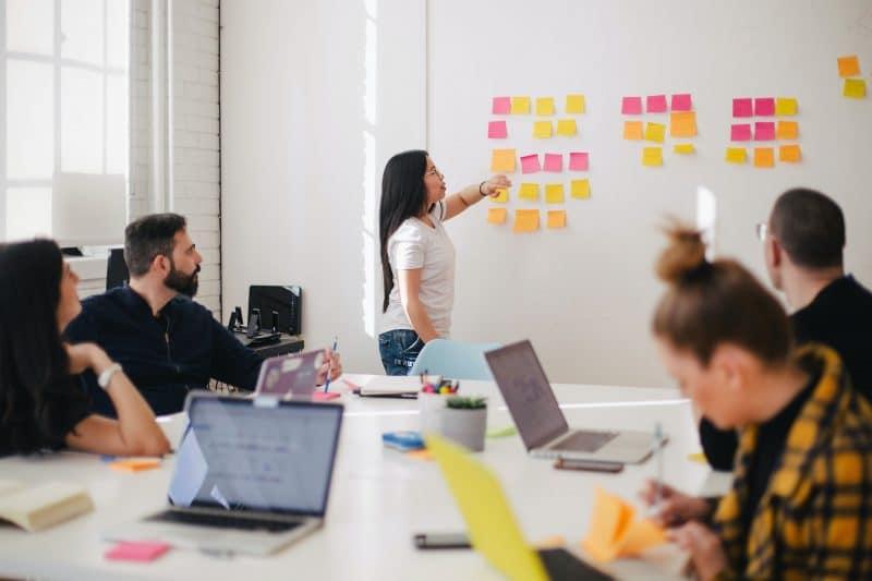 Image d'une réunion avec un chef de projet et son équipe