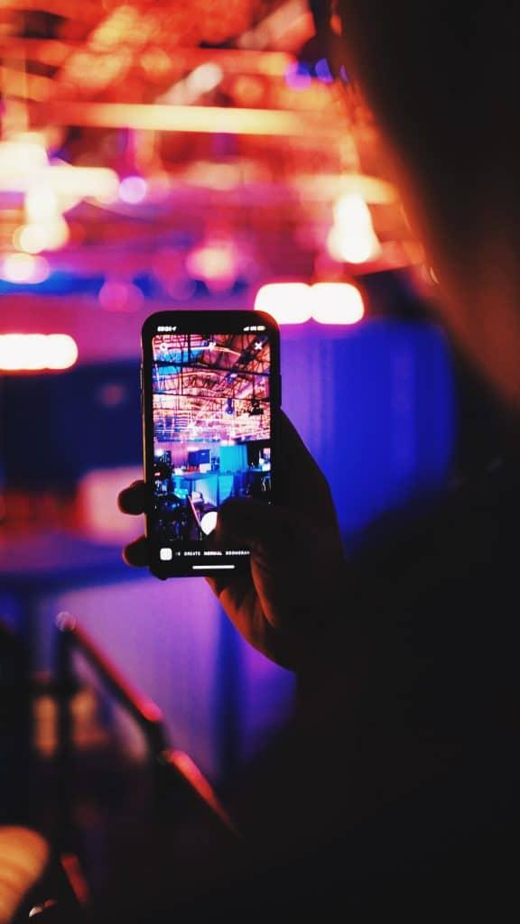 Personne filmant avec son téléphone pour faire une story instagram