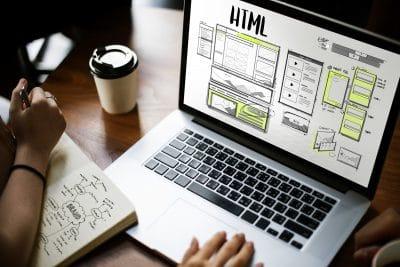 Photo d'un ordinateur ou une personne travaille sur un web design